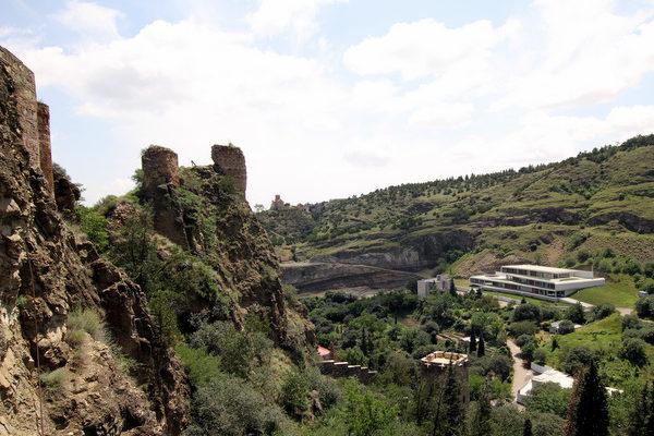 Крепость нарикала со стороны ботанического сада
