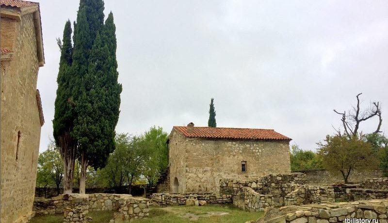 Во дворе монастыря в Икалто